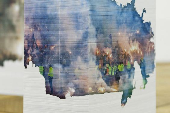 <!--:es-->Aleksandra Domanovic plasma imágenes sobre monolitos de papel<!--:-->