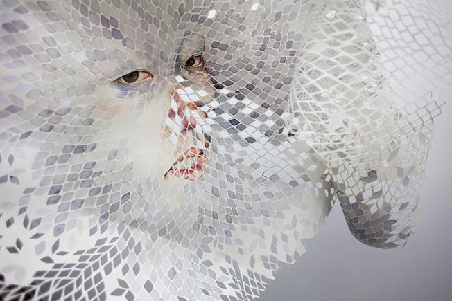 Arte y papel expuestos en la galería de arte Sabrina Amrani de Madrid