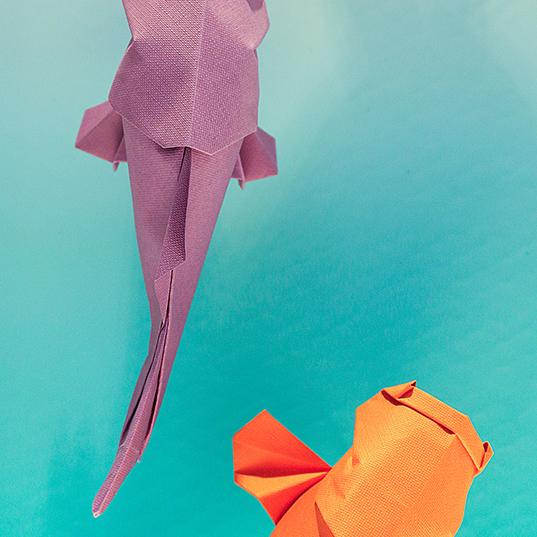 Carpas 'Koi' realizadas en Imitlin nadan entre sirenas de porcelana de Lladró