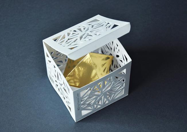Juego de geometría y papel para conseguir un cubo auténtico