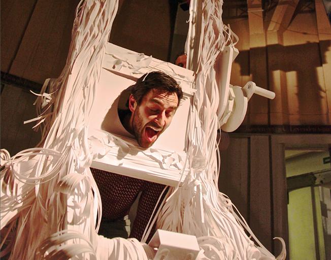 ¿Te gustaría experimentar la sensación de ser la víctima de una guillotina… de papel?